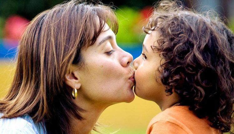 Не ги бакнувајте децата во уста